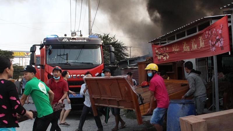 Người dân hốt hoảng ôm tài sản bỏ chạy khỏi đám cháy lúc sáng sớm