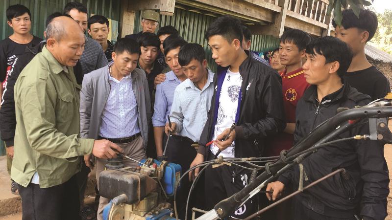 Người dân Lai Châu học nghề sửa chữa máy nông nghiệp. Ảnh Dân tộc và phát triển.