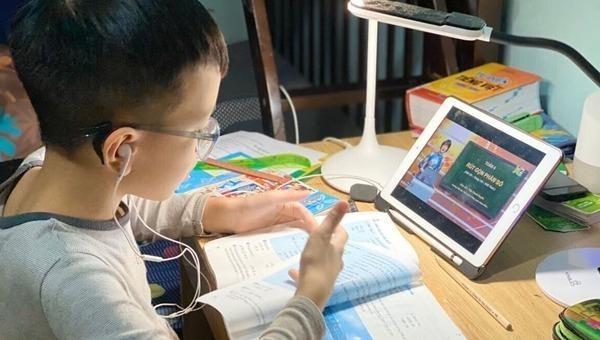 Học sinh, phụ huynh tiểu học than 'quá tải' vì học trực tuyến