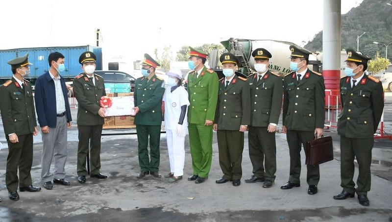 Giám đốc Công an TP Hải Phòng Vũ Thanh Chương tặng quà Chốt kiểm soát dịch tại cầu Đá Bạc, huyện Thủy Nguyên.