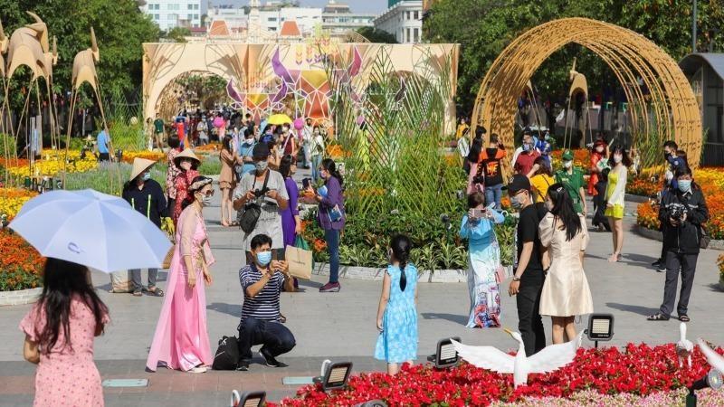 Người dân tham quan tại đường hoa Nguyễn Huệ trong dịp Tết Nguyên Đán Tân Sửu.