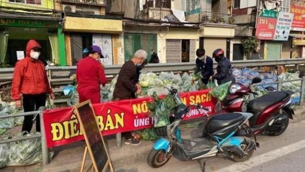 """Người dân Hà Nội mua """"giải cứu"""" nông sản của Hải Dương."""