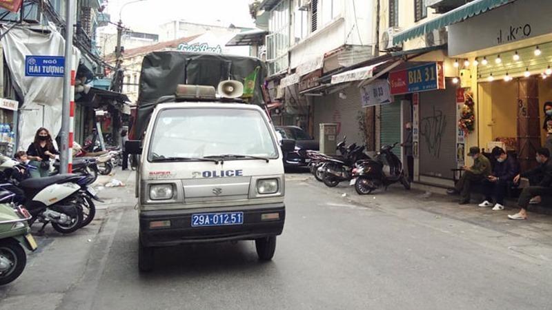 Lực lượng chức năng kiểm tra công tác phòng dịch.