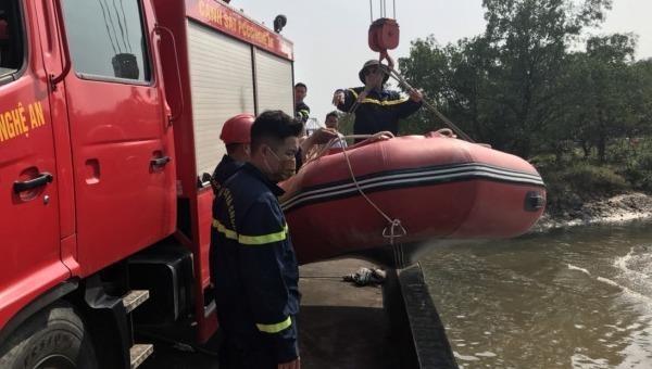 Lực lượng Phòng Cảnh sát PCCC&CNCH Công an Nghệ An triển khai tìm kiếm nạn nhân. Ảnh Giao thông.