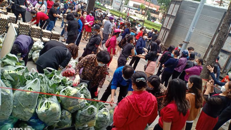Người dân chung tay giải cứu nông sản Hải Dương.