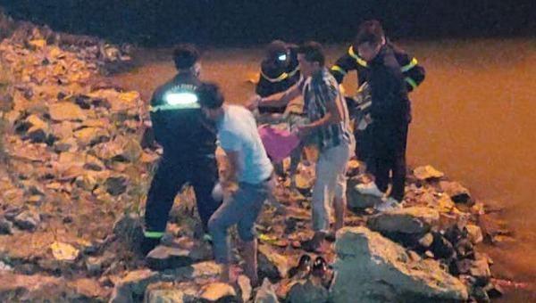 Lực lượng cứu hộ tìm thấy thi thể nạn nhân.