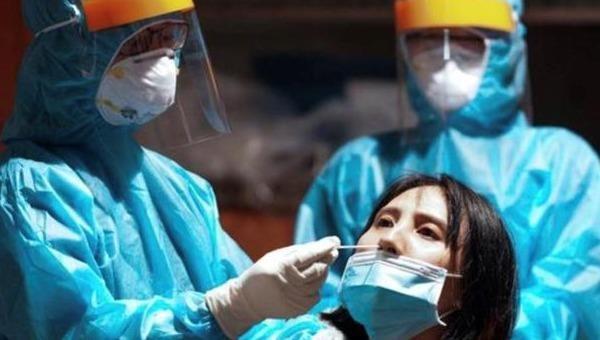 BS.CKI  Trần Thị Oanh lấy mẫu cho bệnh nhân tại khu cách ly Ký túc xá Đại học Quốc gia – Thủ Đức. Ảnh Sức khỏe và đời sống.