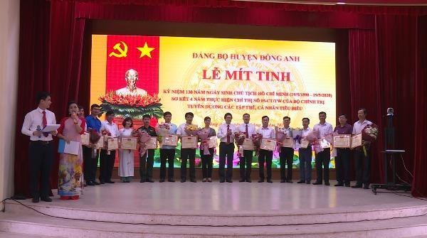 Khen thưởng các cá nhân có thành tích trong học tập và làm theo tư tưởng, đạo đức, phong cách Hồ Chí Minh ở huyện Đông Anh, Hà Nội.