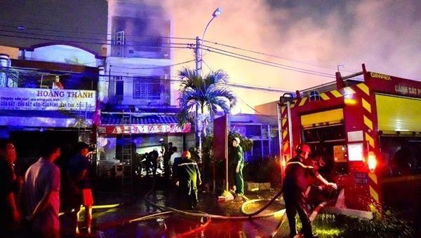 Nhóm sinh viên trèo qua lan nhảy lầu thoát khỏi đám cháy