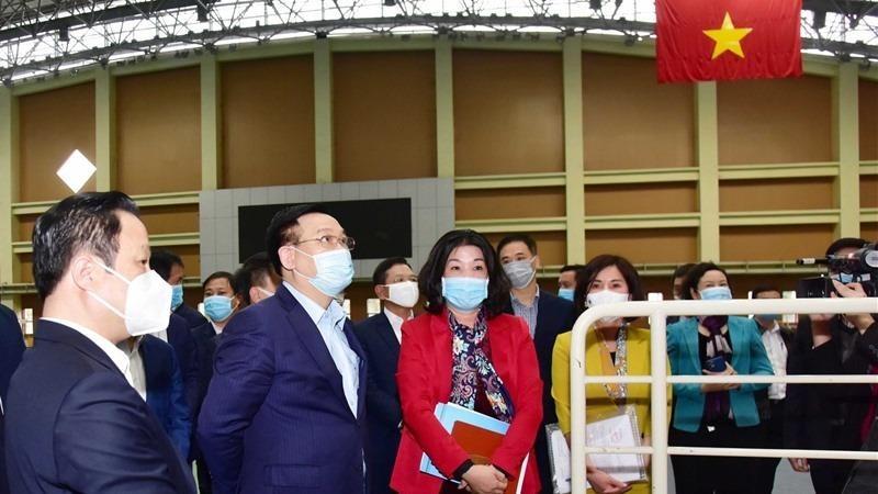 Bí thư Thành ủy Vương Đình Huệ kiểm tra tại Trung tâm VHTT&TT quận Cầu Giấy. Ảnh Lao động.