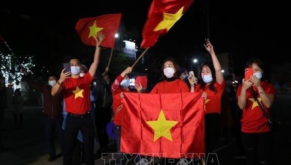 Người dân Chí Linh vui mừng khi chốt kiểm soát dịch được gỡ bỏ. Ảnh TTXVN.