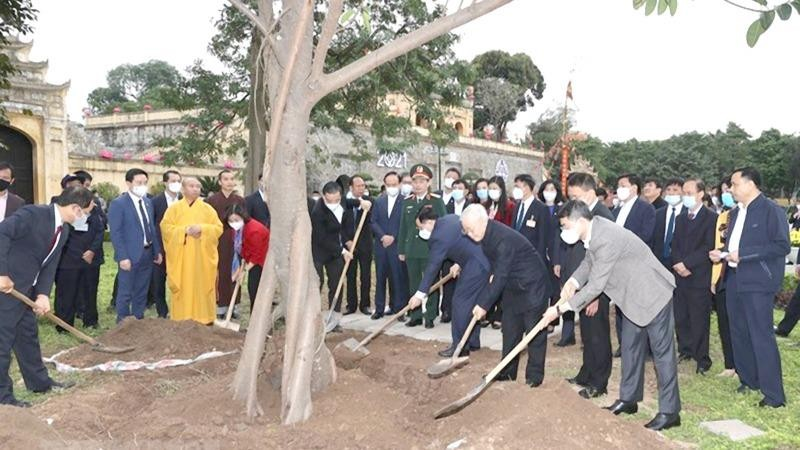 Tổng Bí thư, Chủ tịch nước Nguyễn Phú Trọng trồng cây lưu niệm tại Khu Di sản Hoàng thành Thăng Long.