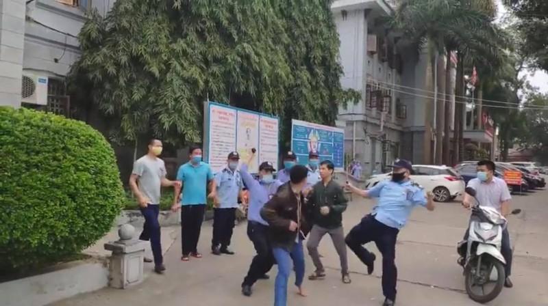 Ảnh cắt từ clip ẩu đả giữa nhân viên bảo vệ bệnh viện Đa khoa tỉnh Tuyên Quang và người nhà bệnh nhân.
