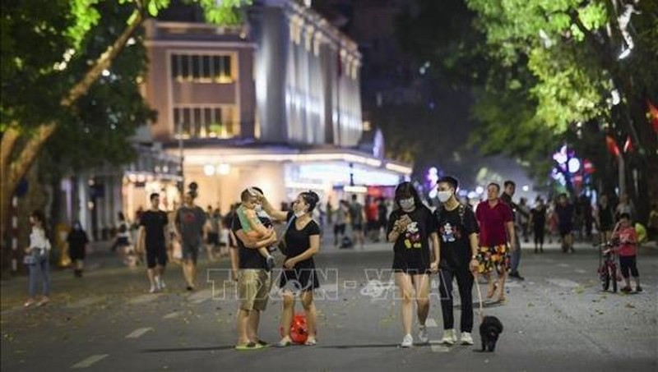 Hà Nội cho phép các tuyến phố đi bộ hoạt động trở lại