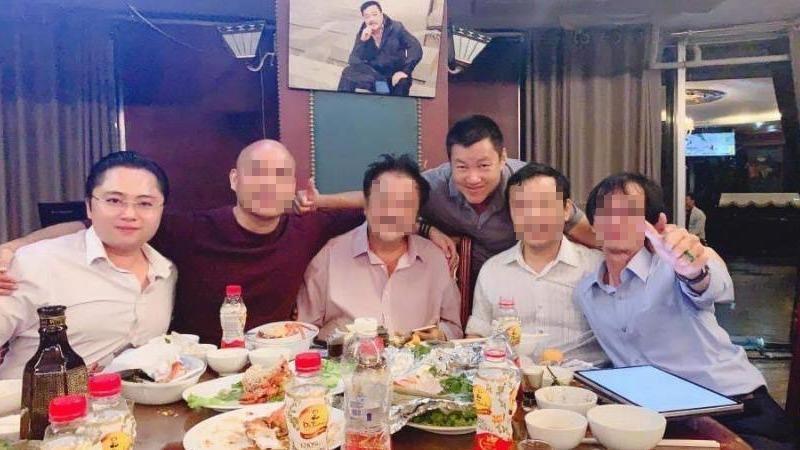 Ông Phú (người ngoài cùng bên trái), ông Long là người đứng.