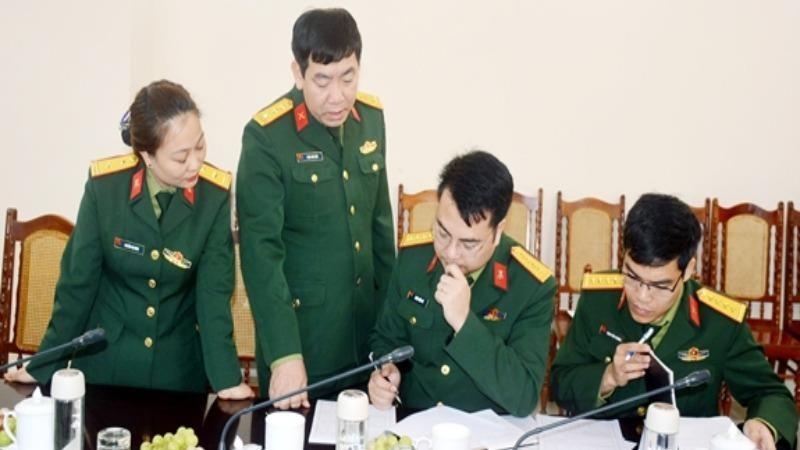 Thành viên đoàn kiểm tra của Ban chỉ đạo Tổng điều tra kinh tế và Điều tra cơ sở hành chính năm 2021 Bộ Quốc phòng kiểm tra hướng dẫn điều tra viên ghi phiếu điều tra.
