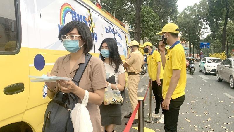 Những chuyến xe bus phát khẩu trang miễn phí cho người dân giữa tâm dịch.