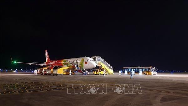 Máy bay chở hành khách Việt Nam xuất phát từ Nhật Bản hạ cánh xuống sân bay quốc tế Vân Đồn. Ảnh: TTXVN.