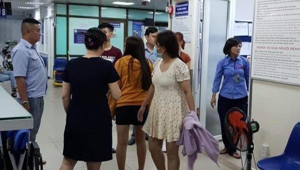 Người lái xe bus và đội ngũ tiếp viên xe giúp thai phụ nhập viện.