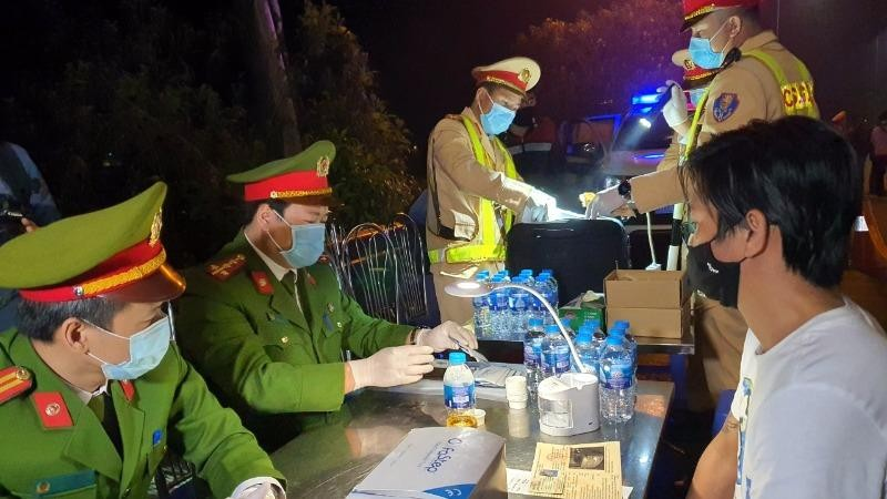 Lực lượng Cảnh sát giao thông ra quân lúc rạng sáng 15/3.