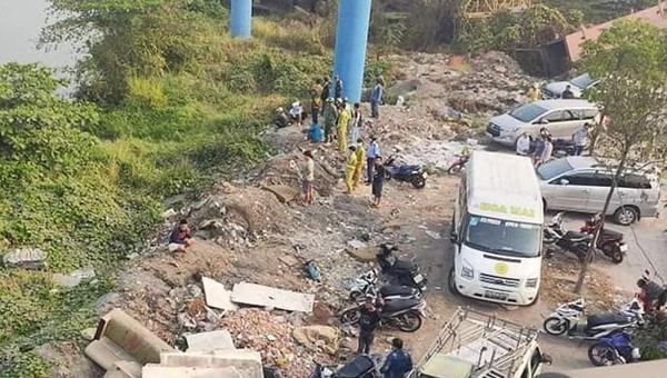 Lực lượng chức năng trục vớt thi thể nạn nhân.