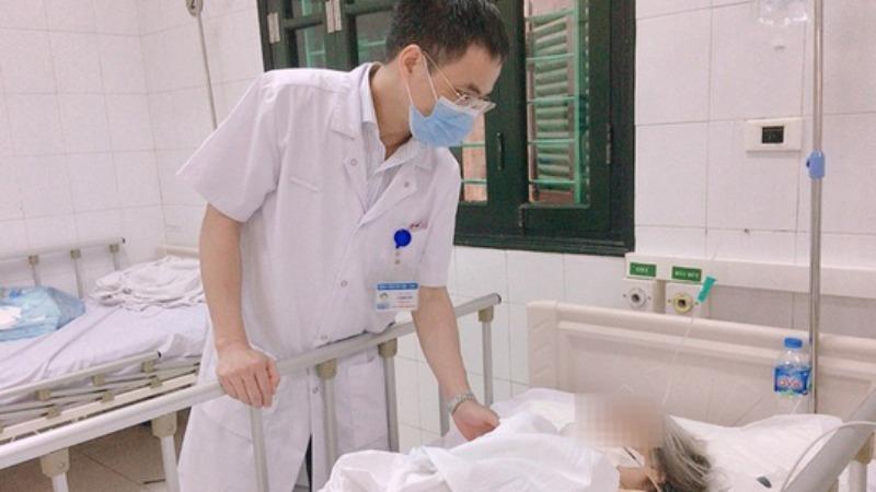 TS.BS Lê Mạnh Sơn – Trưởng khoa Phẫu thuật Chấn thương chung, Bệnh viện HN Việt Đức thăm khám cho cụ T sau phẫu thuật. Ảnh Bệnh viện Hữu nghị Việt Đức.