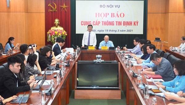 Thứ trưởng Bộ Nội vụ Nguyễn Duy Thăng trả lời báo chí.