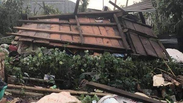 Lốc xoáy khiến nhà dân bị đổ sập.