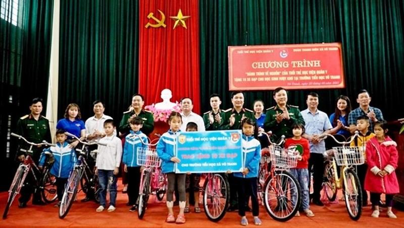 Lãnh đạo Học viện Quân y trao 10 chiếc xe đạp cho các em học sinh trường Tiểu học xã Vô Tranh.