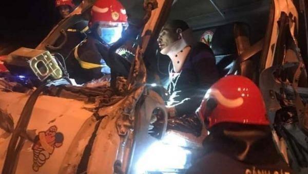 Cảnh sát Phòng cháy, chữa cháy và cứu nạn, cứu hộ, Công an quận Hoàng Mai cắt cabin cứu người mắc kẹt sau vụ tai nạn.