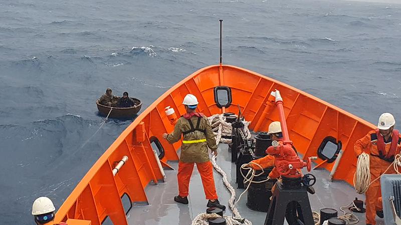 Tàu SAR 412 đã cứu vớt kịp thời hai thuyền viên trôi dạt trên thúng chai. Ảnh Nhân dân.