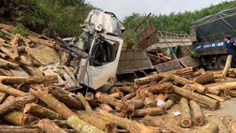 Đầu xe tải biến dạng sau tai nạn.
