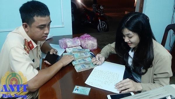 Chị Huyền được trả lại số tiền bỏ quên trên xe khách.