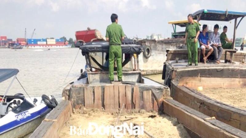 Công an bắt giữ một vụ khai thác cát trên sông Đồng Nai.