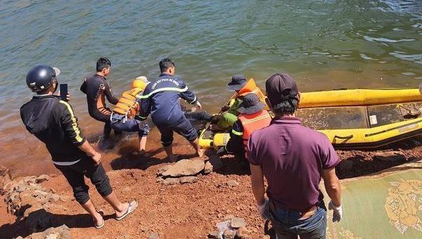 Lực lượng cứu hộ tìm thấy thi thể nam thanh niên.
