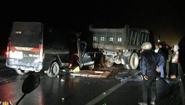 Tông ô tô tải hỏng đỗ bên đường, tài xế xe Limousine cùng 2 người tử vong