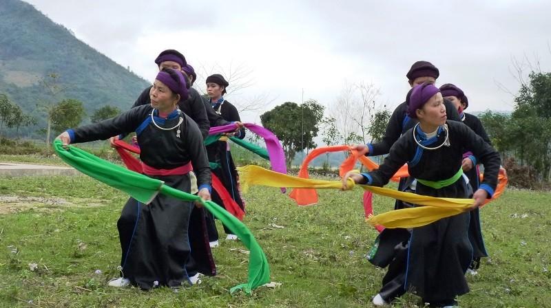 Đội văn nghệ thôn Trung Đô, xã Bảo Nhai, huyện Bắc Hà biểu diễn văn nghệ.
