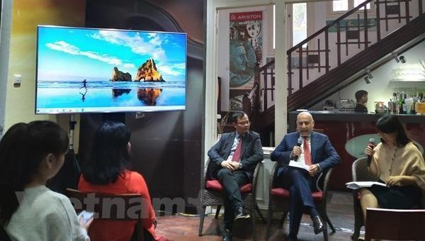 Đại sứ Antonio Alessandro chia sẻ về ý tưởng trưng bày. (Ảnh: Minh Thu/Vietnam+).