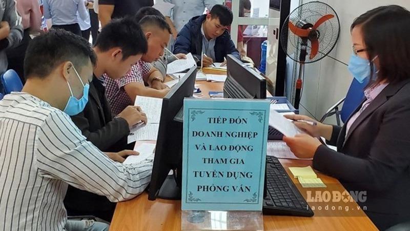Nhiều người lao động có mặt từ sớm trong phiên giao dịch việc làm diễn ra tại Trung tâm Dịch vụ việc làm Hà Nội. Ảnh Lao động.