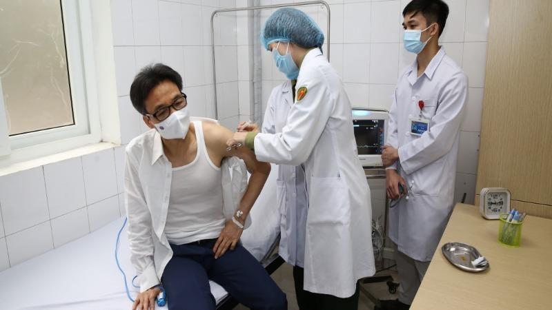 Phó Thủ tướng Vũ Đức Đam tiêm thử nghiệm vaccine Nano Covax