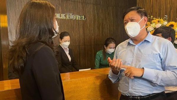 Thứ trưởng Bộ Y tế Đỗ Xuân Tuyên đi kiểm tra cách ly tại khách sạn ở TP.HCM vào sáng 26/3.