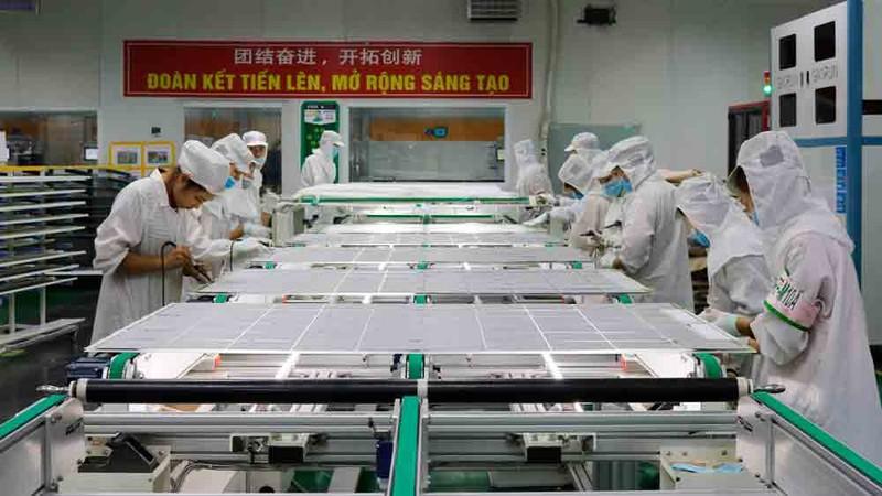 Dây chuyền sản xuất tấm pin năng lượng mặt trời tại Công ty TNHH Vina Solar Technology (KCN Vân Trung, Việt Yên). Ảnh Báo Bắc Giang.