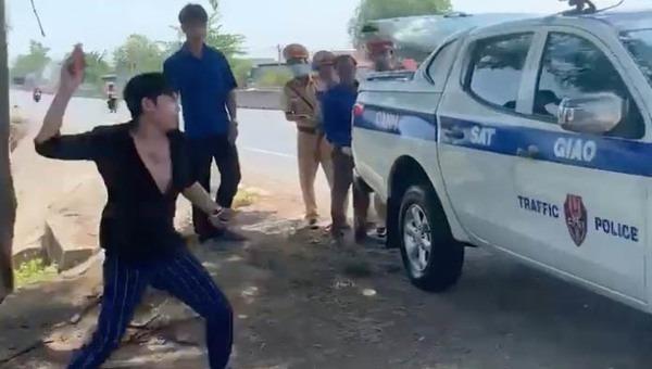 Nam thanh niên nhặt rác ném vào xe CSGT.