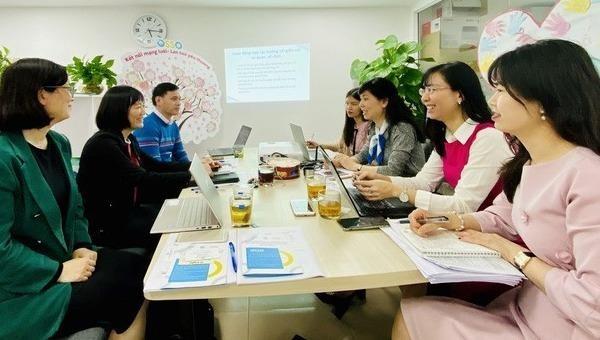 """Ban quản lý dự án """"Tăng cường năng lực cho các cơ quan Việt Nam nhằm hỗ trợ tái hòa nhập bền vững cho Phụ nữ di cư hồi hương và gia đình họ"""" cùng các tổ chức hỗ trợ người di cư thảo luận các hoạt động tác nhằm hỗ trợ phụ nữ di cư hồi hương được hiệu quả."""