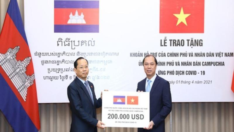 Việt Nam hỗ trợ Campuchia 200.000 USD ứng phó dịch Covid-19