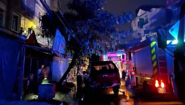 Cứu 4 người mắc kẹt trong đám cháy ở TP HCM