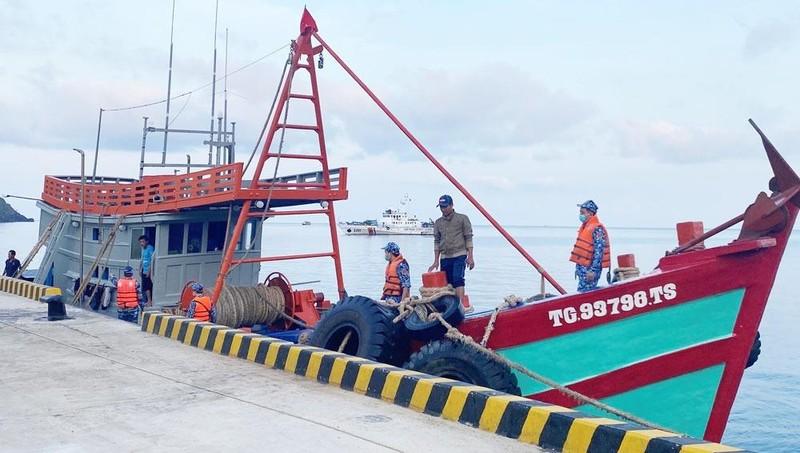 Vùng Cảnh sát biển 3 bắt giữ một vụ buôn lậu dầu DO.
