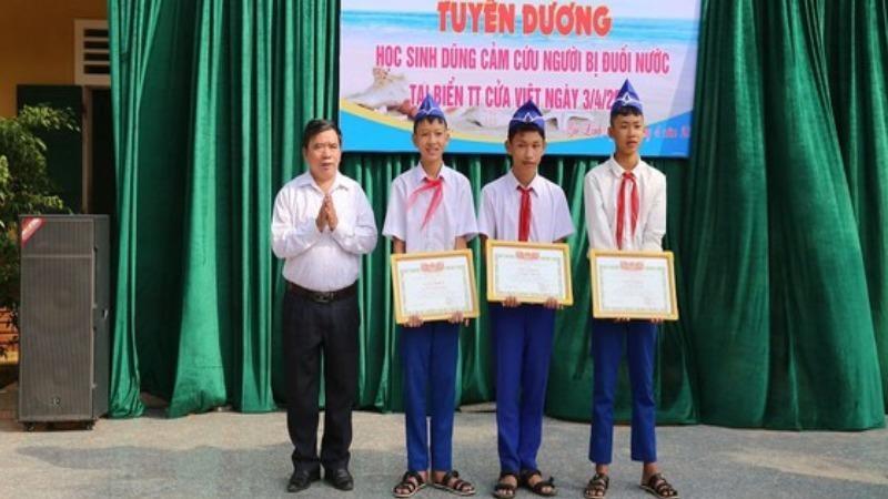Lãnh đạo Phòng Giáo dục và Đào tạo huyện Gio Linh trao giấy khen của Chủ tịch UBND huyện cho 3 học sinh dũng cảm cứu người gặp nạn.