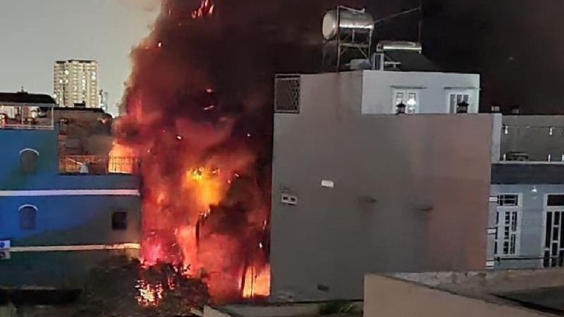Cháy xưởng sản xuất nhựa giữa đêm, người dân hò hét di tản