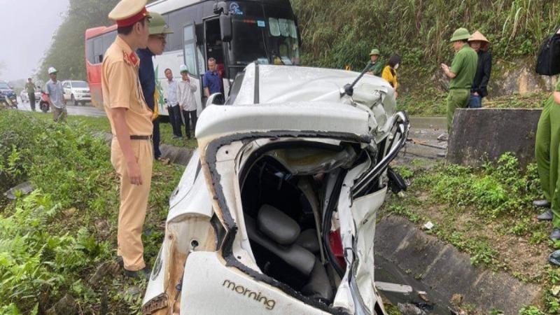 Ô tô con biến dạng sau va chạm xe khách, 2 quân nhân tử vong